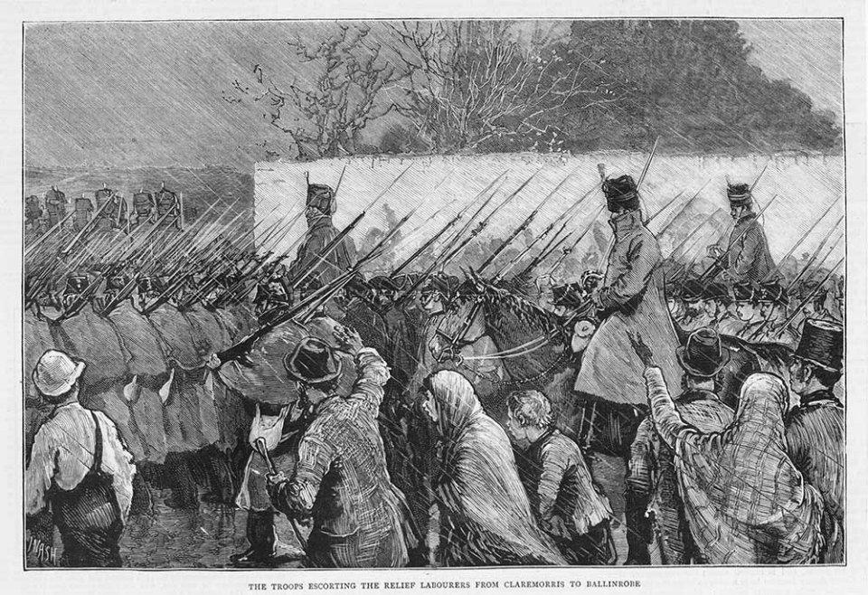 Ольстерські добровольці у супроводі військових на марші з залізничної станції до Лох-Маску. Газетна ілюстрація, 1880 рік / GettyImages