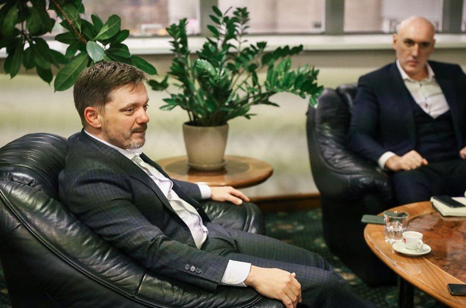 За цим столом Євген Мецгер обговорює справи з топовими бізнесменами країни / Івана Зубович