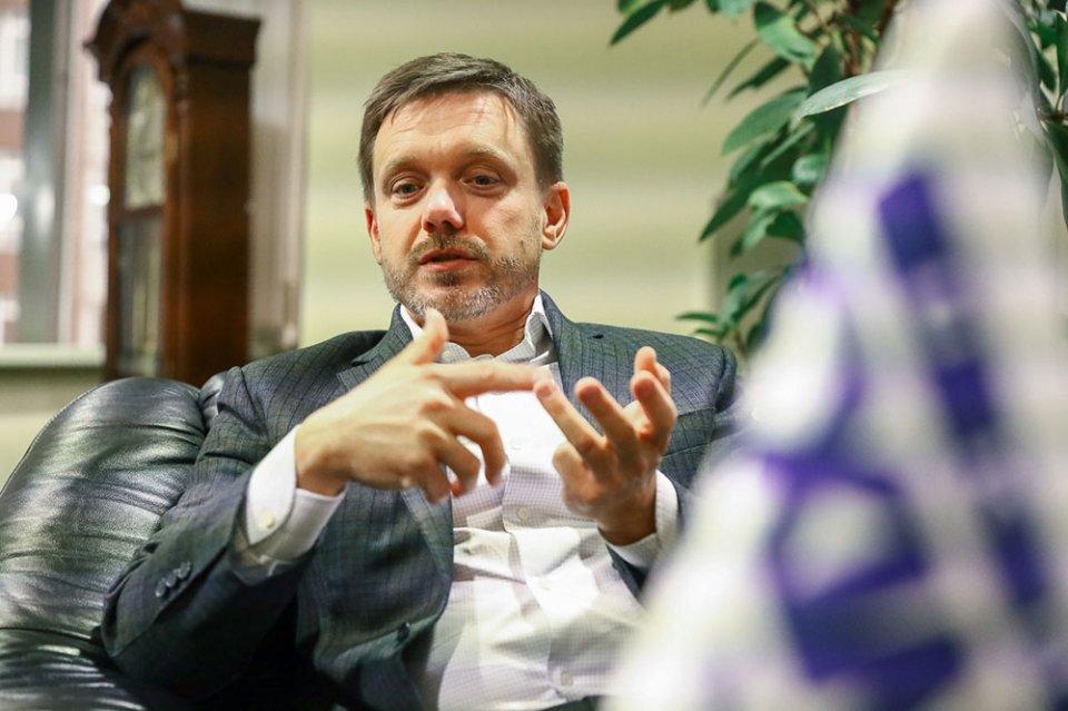 Євген Мецгер перелічує плюси для банку від співпраці з автодорожниками / Івана Зубович