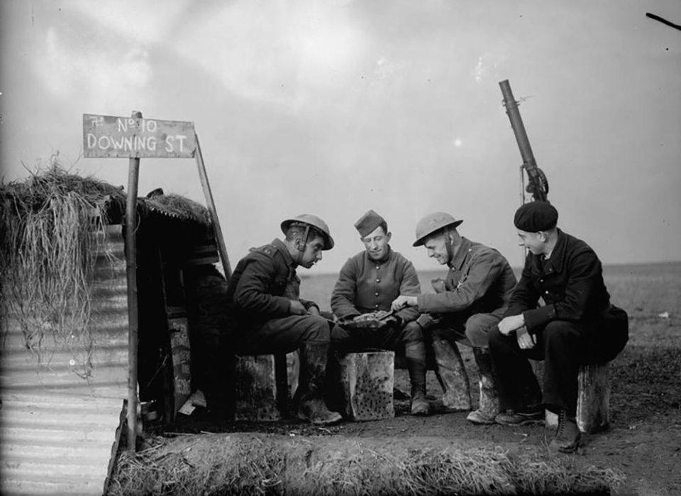 Англійські та французькі солдати на відпочинку. У вересні 1939 року війська союзників мали більш ніж чотирикратну перевагу над німцями на західному фронті / Imperial War Museums