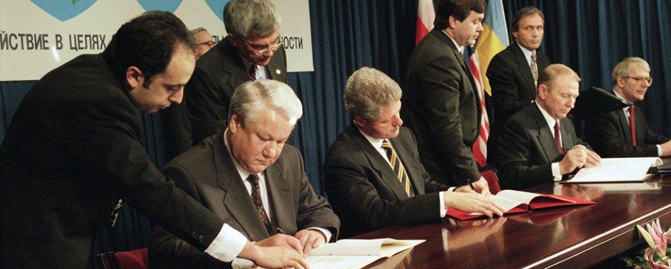 5 грудня 1994 року Будапештський меморандум скріпили своїми підписами Леонід Кучма, Борис Єльцин, Білл Клінтон та Джон Мейджор