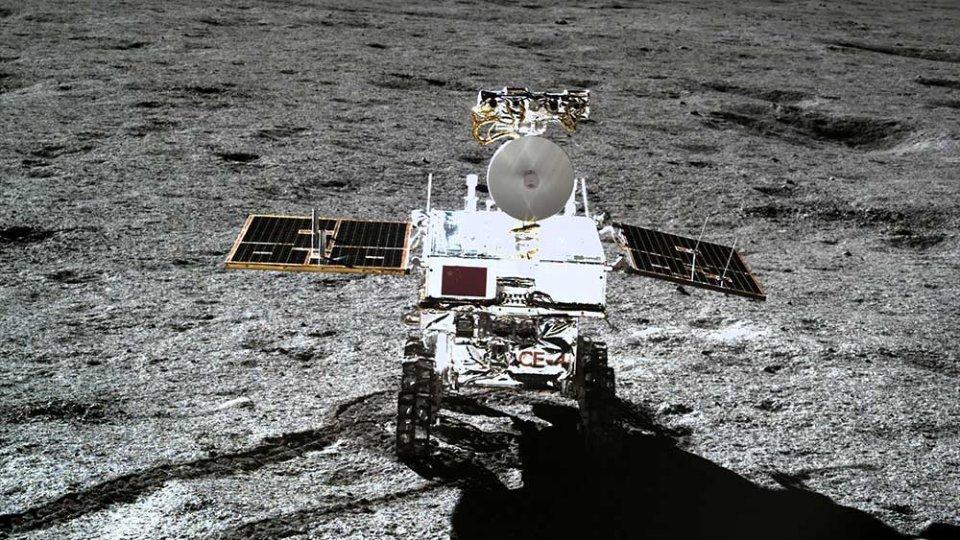 Фотографія місяцеходу Yutu-2, зроблена Chang'e-4 на зворотному боці Місяця