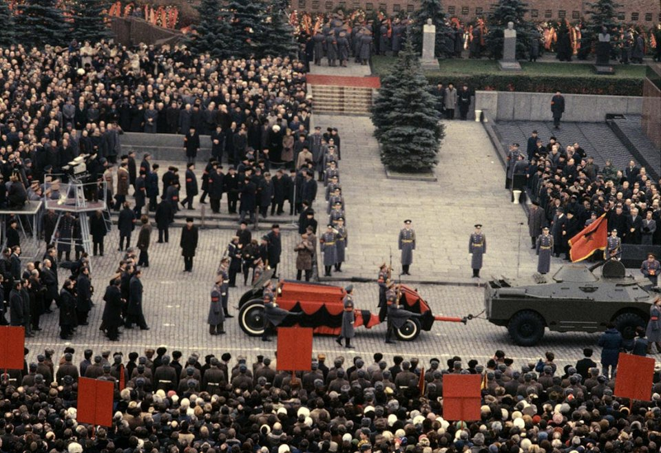 Поховальна процесія в Москві. Труну з тілом Брежнєва везуть на артилерійському лафеті