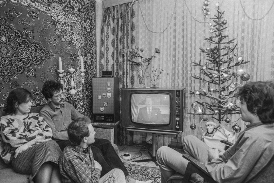 Родина інженерів Самородських у Москві дивиться привітання Рейгана з Новим роком. 1 січня 1988 року