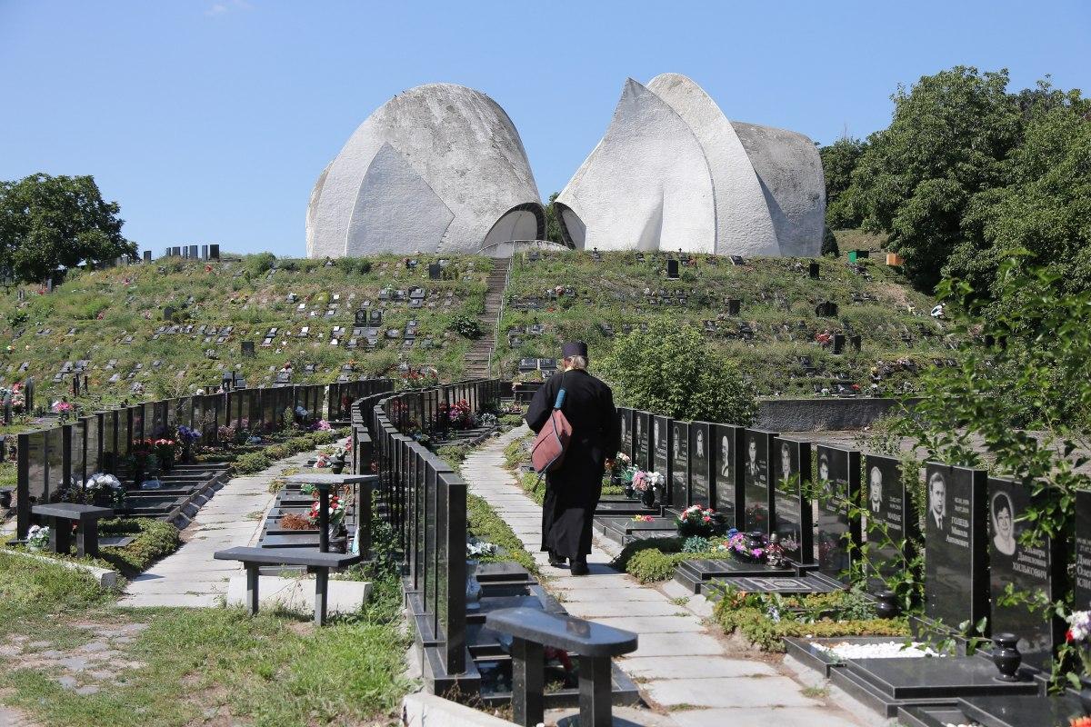 СБУ взялась за кладовища. Оголосили підозру чиновникам, які торгували місцями для поховання