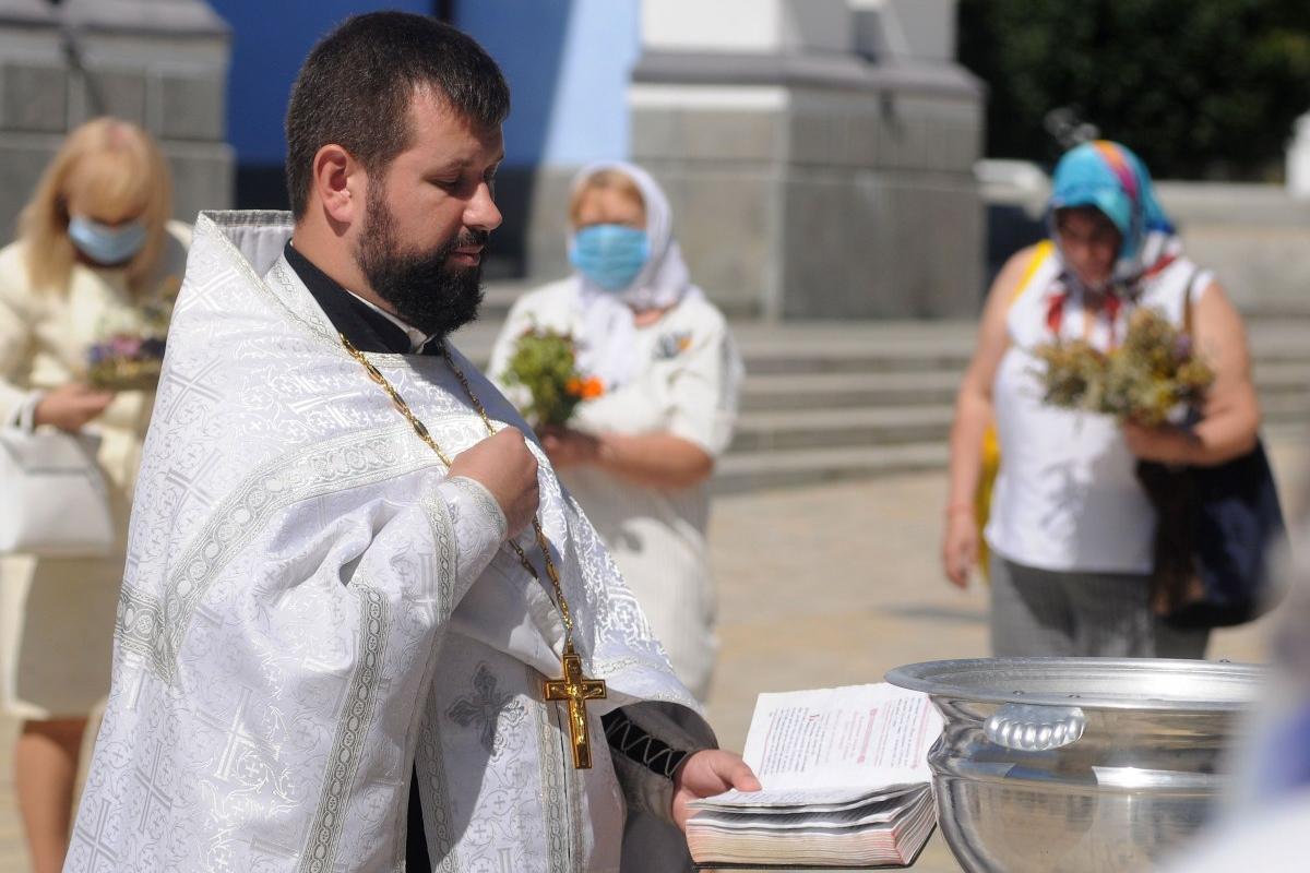 Батюшка зайшов до чату. Православна церква України запустила мобільний додаток