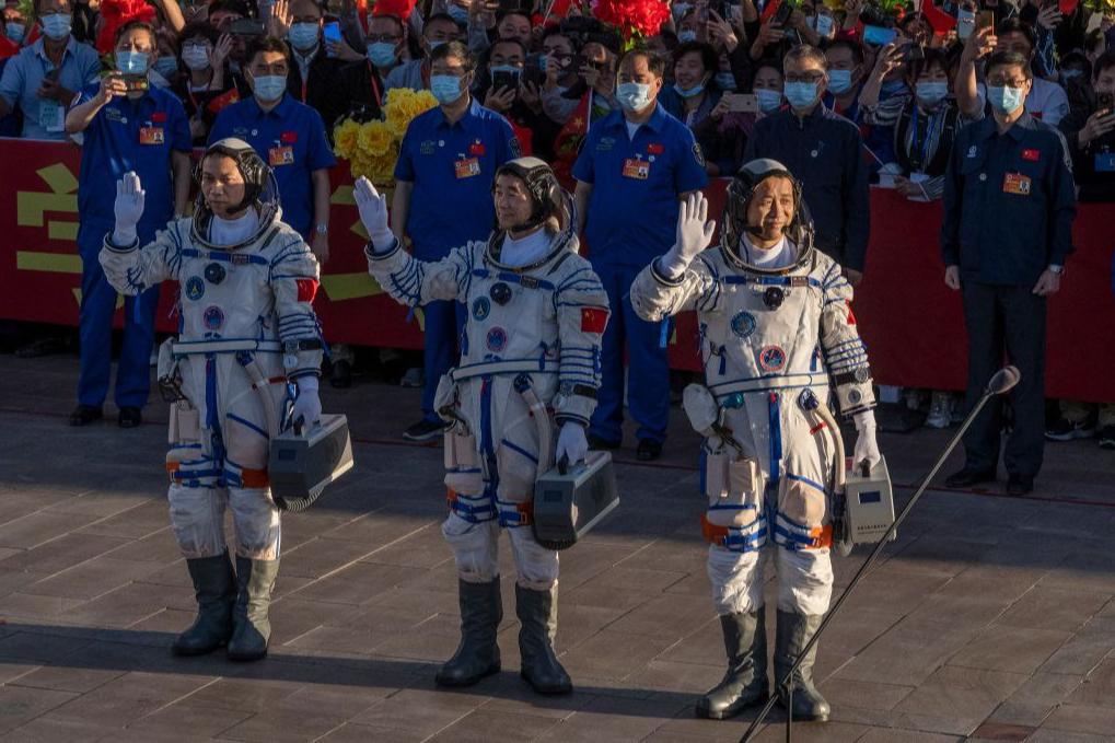 Місія завершена. Китайські астронавти повернулися на Землю після 90 днів у космосі