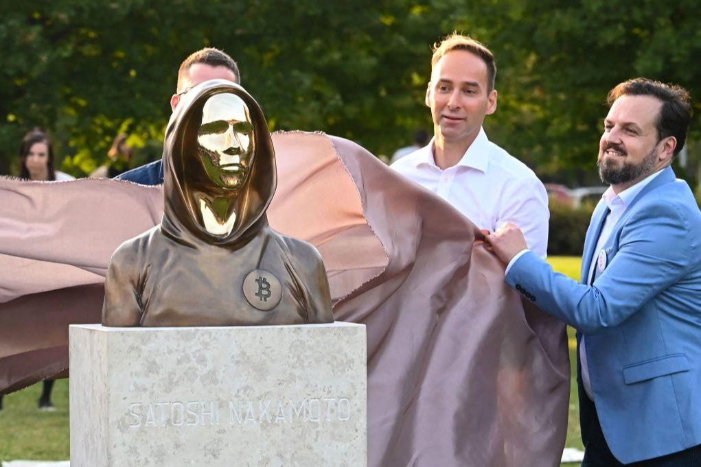 В Угорщині відкрили перший у світі пам'ятник творцю біткоїна Сатоши Накамото