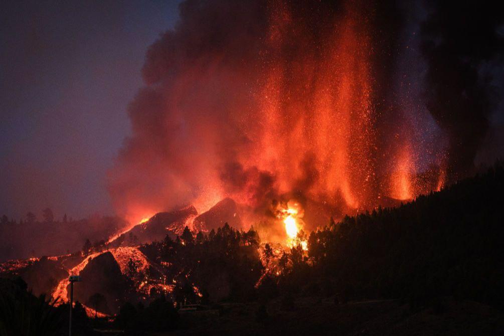 На Канарах проснулся вулкан, который «спал» полвека. Потоки лавы достигли поселений (фото, видео)